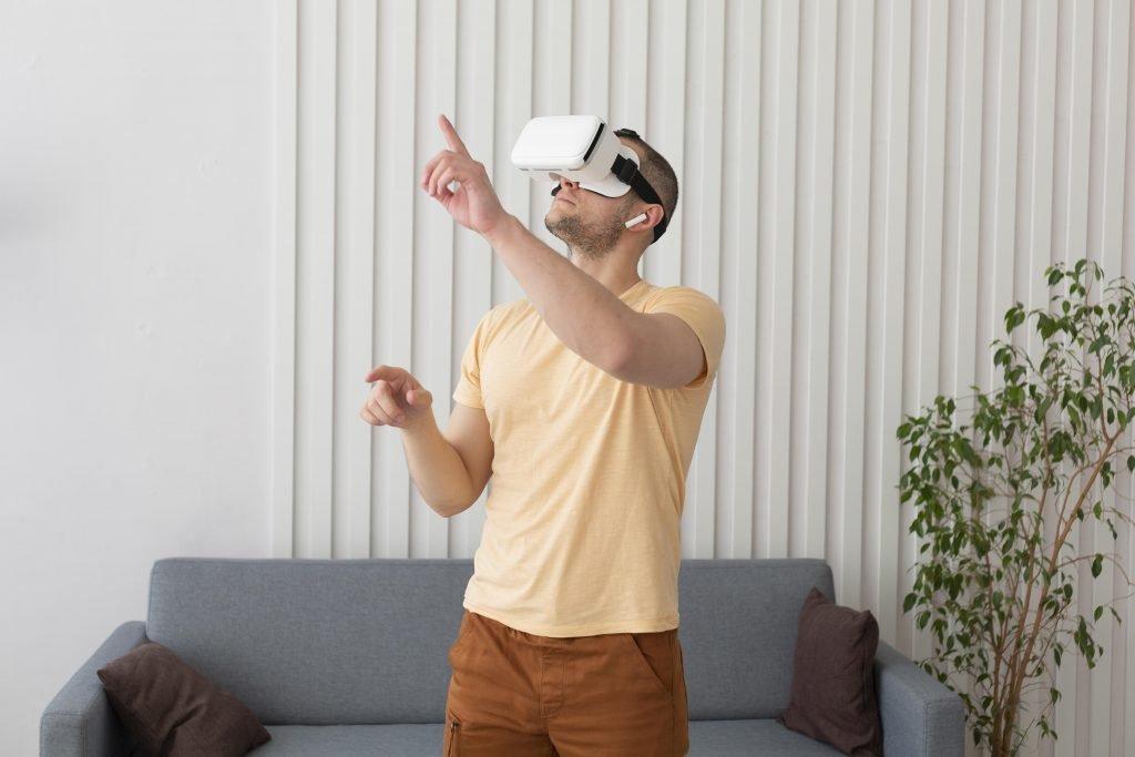 Homme avec casque réalité virtuelle